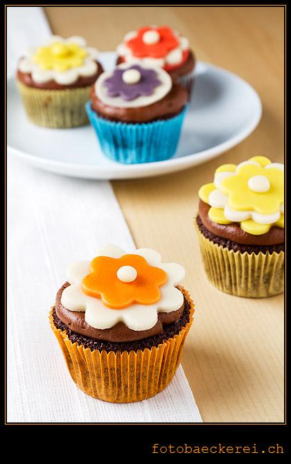 Tag 346 Projekt 365, Schokolade Cupcake mit Schokolade-Cream-Cheese-Frosting und Marzipanblumen-Dekoration