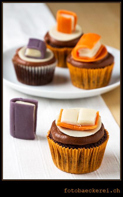 Schokolade Cupcake mit Schokolade-Cream-Cheese-Frosting und Marzipan-Buch Dekoration